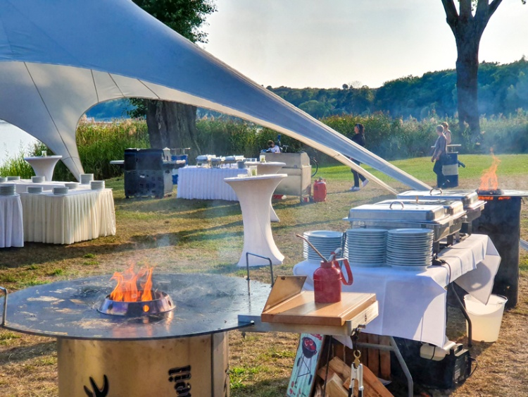 Familienfeier als Barbecue am Strand